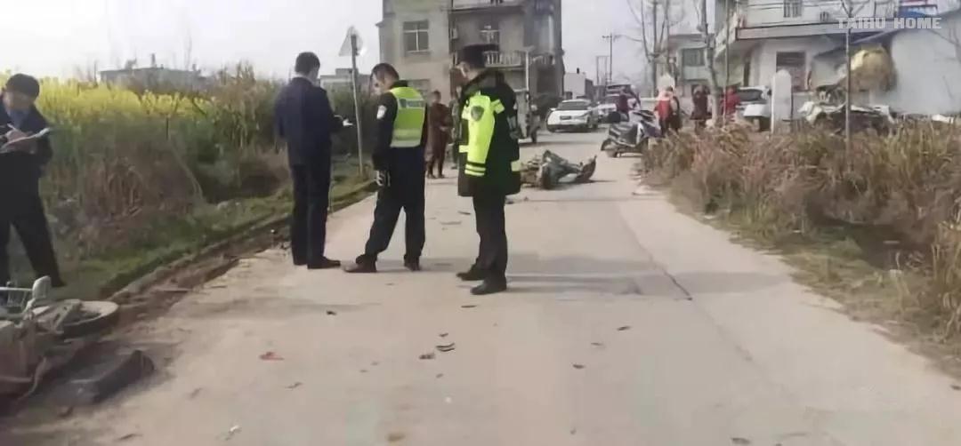 突发!佐坝乡路段两摩托车相撞, 一人被甩至路边水沟