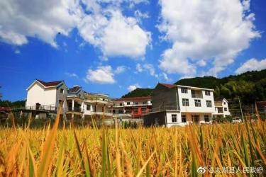 太湖北中镇玉珠村将军山下的秋收景象